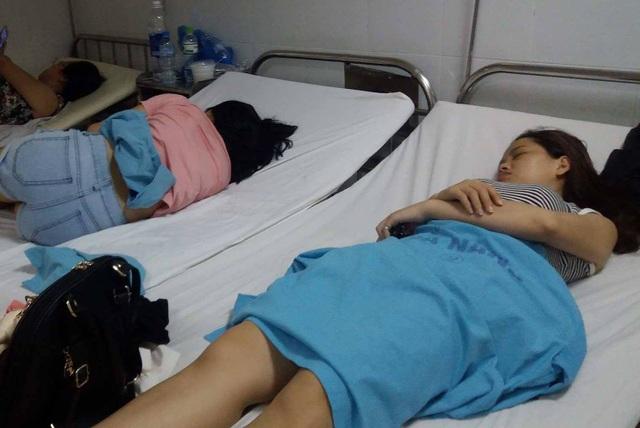 Các du khách bị ngộ độc thực phẩm phải nhập viện sau khi ăn cơm gà quán Bà Buội
