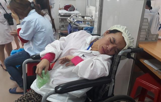 Các công nhân nhập viện với dấu hiệu điển hình của ngộ độc thực phẩm như đau đầu, đau bụng, nôn ói...