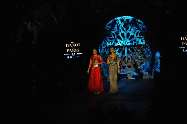 Trong show diễn, Hoa hậu Ngô Phương Lan đảm nhiệm vai trò dẫn tiếng Pháp và tiếng Anh, Á hậu Thụy Vân đảm nhiệm vai trò MC dẫn dắt bằng tiếng Việt.