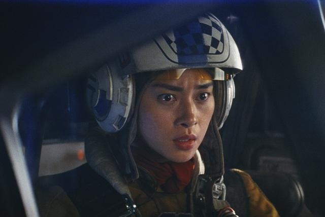 Trong khi đó vai Paige của Ngô Thanh Vân lại là một xạ thủ liều lĩnh điều khiển máy bay chiến đấu chống lại binh đoàn ngôi sao.