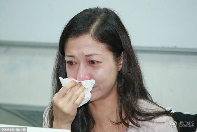 Ngày hôm qua 30/3, Ngô Ỷ Lợi đã nhận lời phỏng vấn của một tờ báo Đài Loan. Cựu hoa hậu Hồng Kông nức nở khi được hỏi đến mối quan hệ giữa cô và con gái Ngô Trác Lâm cũng như những tủi hờn mà cô phải chịu đựng khi cha của đứa trẻ không thừa nhận giọt máu của mình.