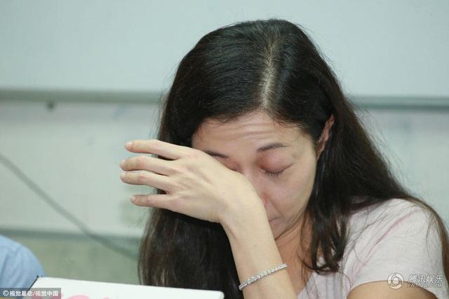 Cuộc sống của Ngô Ỷ Lợi không mấy dễ dàng. Tài chính không thoải mái và áp lực nuôi nấng dạy dỗ cô con gái đang tuổi lớn khiến cô mệt mỏi. Có thông tin cho rằng, năm ngoái, Thành Long đã tìm cách liên lạc với mẹ con Ngô Ỷ Lợi nhưng bị cô từ chối.