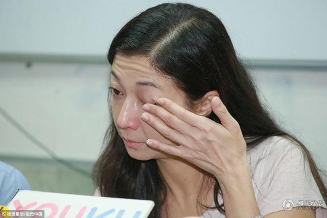 Nhắc đến con gái, Ngô Ỷ Lợi không ngăn được nước mắt. Cô nói: Cũng như mọi bà mẹ khác, tôi mong rằng, con gái sẽ về nhà và chúng tôi có thể giải quyết mọi việc ở nhà.