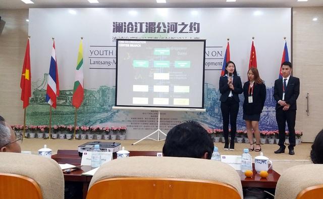 Nhóm 3 sinh viên của Học viện Ngoại giao trình bày ý tưởng của mình trước các giám khảo quốc tế