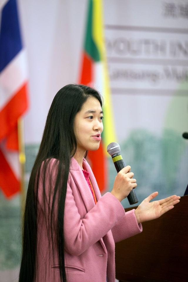 Vũ Quỳnh Trang - Khoa Truyền thông và Văn hóa đối ngoại tự tin phản biện trước câu hỏi của các giám khảo