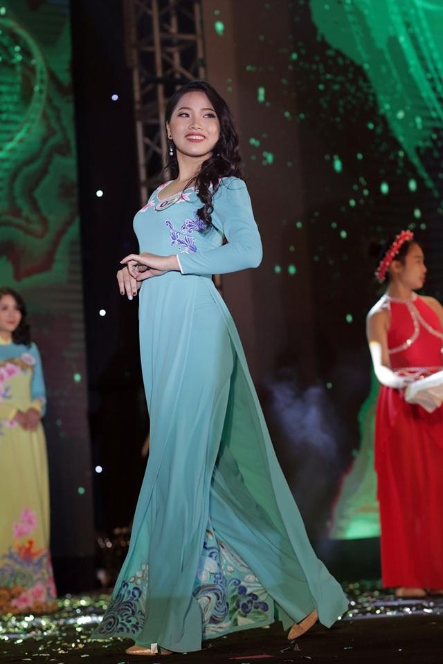 Á khôi 1 Nguyễn Thị Ngọc Nhung sải bước trong trang phục áo dài