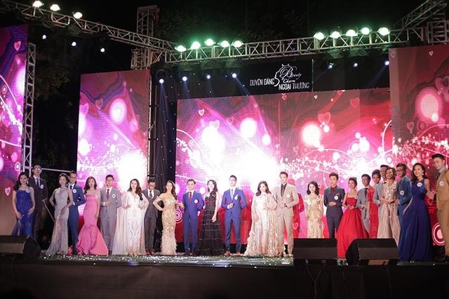 Toàn cảnh 12 thí sinh tham dự đêm chung kết