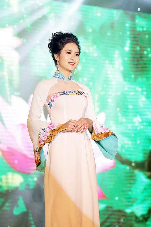 Sở hữu gương mặt tròn đầy phúc hậu và vóc dáng thanh mảnh, Lê Thị Thu Hà được trao giải Thí sinh trình diễn trang phục áo dài đẹp nhất