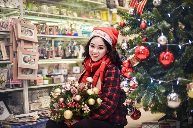 Những ngày gần lễ Noel, Ngọc Anh thích ghé thăm cửa hàng đồ lưu niệm, đồ chơi để ngắm nhìn những món đồ lung linh đầy màu sắc.