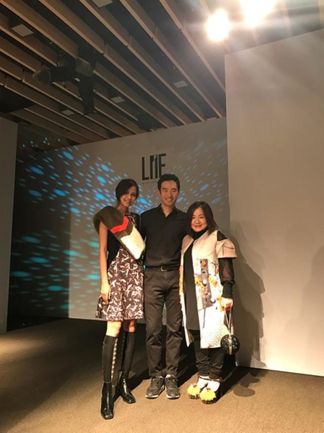 Ngọc Châu cùng NTK Chung Chung Lee và bà Quỳnh Trang - Giám đốc BeU models.