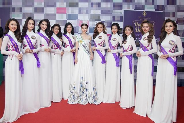 Ngọc Duyên cùng các thí sinh Hoa khôi Du lịch 2017.