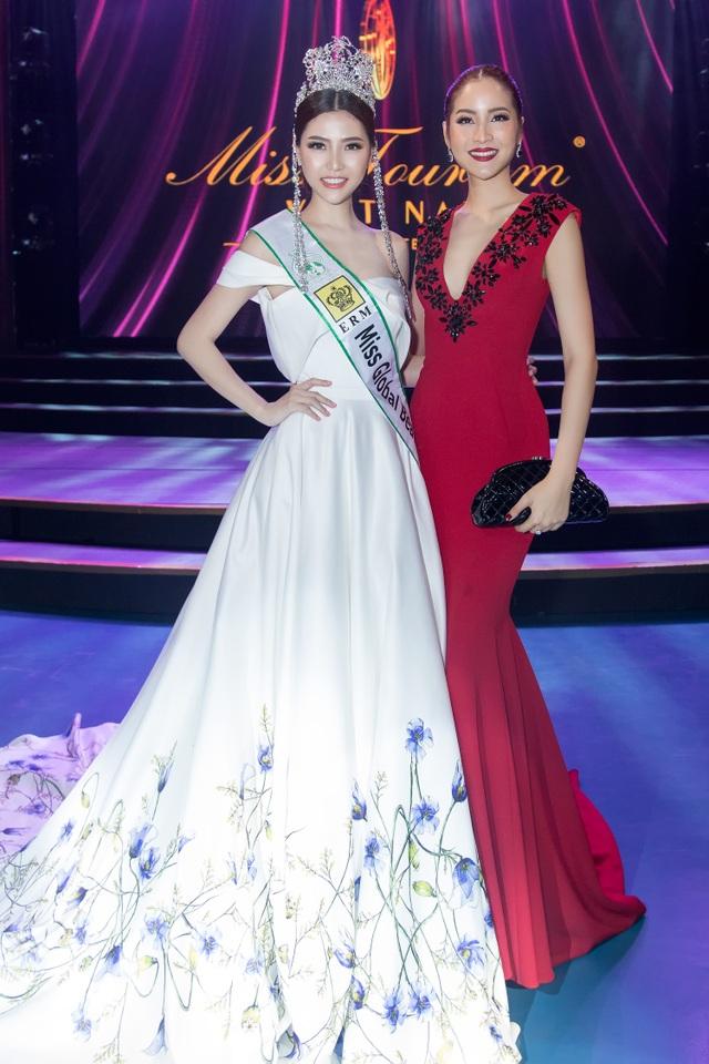 Ngọc Duyên (bên trái) xuất hiện như một nữ hoàng trong đêm Chung kết Hoa khôi Du lịch 2017. Cô rạng rỡ bên Hoa hậu Hoàn vũ Thái Lan 2007 Farung Yuthithum.