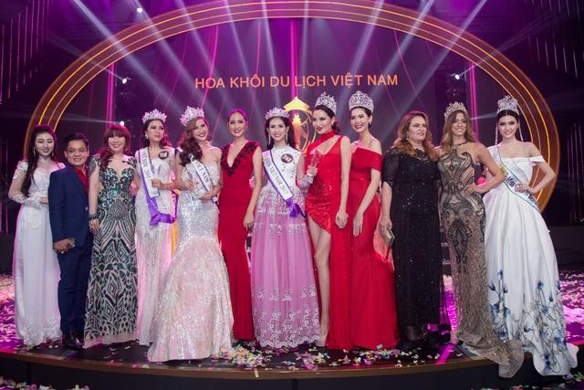 Ngọc Duyên (ngoài cùng bên phải) là một trong những thành viên giám khảo cuộc thi Hoa khôi Du lịch Việt Nam 2017.