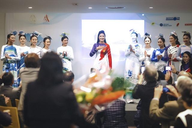 """Hoa hậu giới thiệu đến các vị quan khách quốc tế bộ sưu tập áo dài có tên gọi """"Xanh màu hy vọng"""" do cô lên ý tưởng và thực hiện với thông điệp về cảnh đẹp thiên nhiên của đất nước."""
