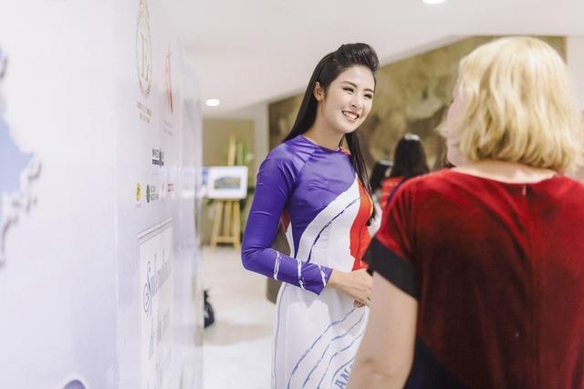 """Trong sự kiện """"Biển đảo Việt Nam - Vẻ đẹp bất tận"""" diễn ra tại trụ sở UNESCO (Paris, Pháp), Ngọc Hân xuất hiện với tư cách là nhà thiết kế thời trang."""