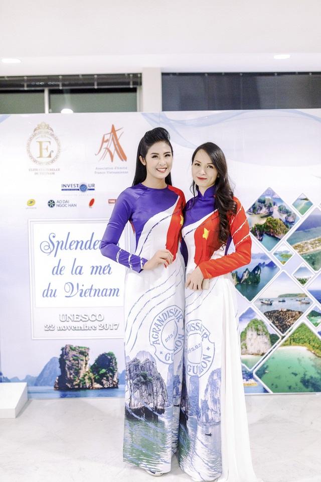 Ngoài ra, những con tem về biển đảo Việt Nam cũng được Ngọc Hân đưa lên áo dài hoặc sử dụng làm phụ kiện cài tóc cho các người mẫu.
