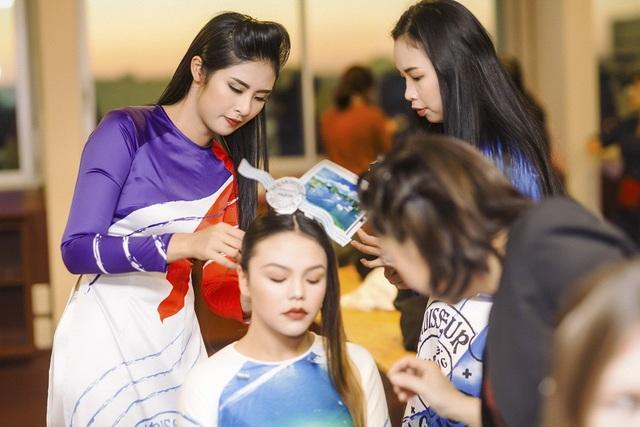 Ở hậu trường buổi trình diễn, Hoa hậu Việt Nam 2010 trực tiếp làm tóc, make-up và hướng dẫn các người mẫu đi catwalk sao cho duyên dáng nhất.