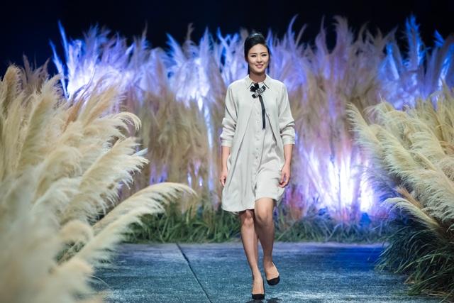 Hoa hậu Ngọc Hân trình diễn một trong những thiết kế của chính mình.