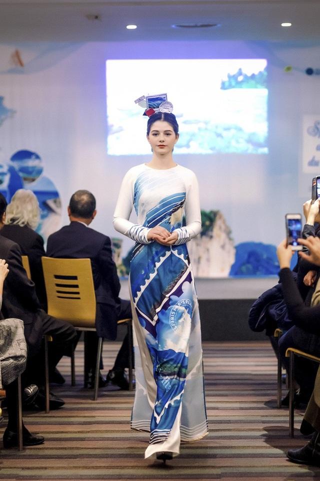 """Ngọc Hân từng ra mắt nhiều bộ sưu tập áo dài gắn liền với mỗi sự kiện văn hóa lớn và nhận được sự ủng hộ của công chúng. Cô còn được khán giả ưu ái gọi là """"Hoa hậu của áo dài""""."""