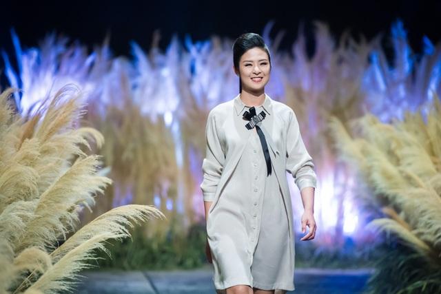 Hoa hậu Ngọc Hân trong đêm trình diễn mở màn Tuần lễ Thời trang Việt Nam thu đông 2017.