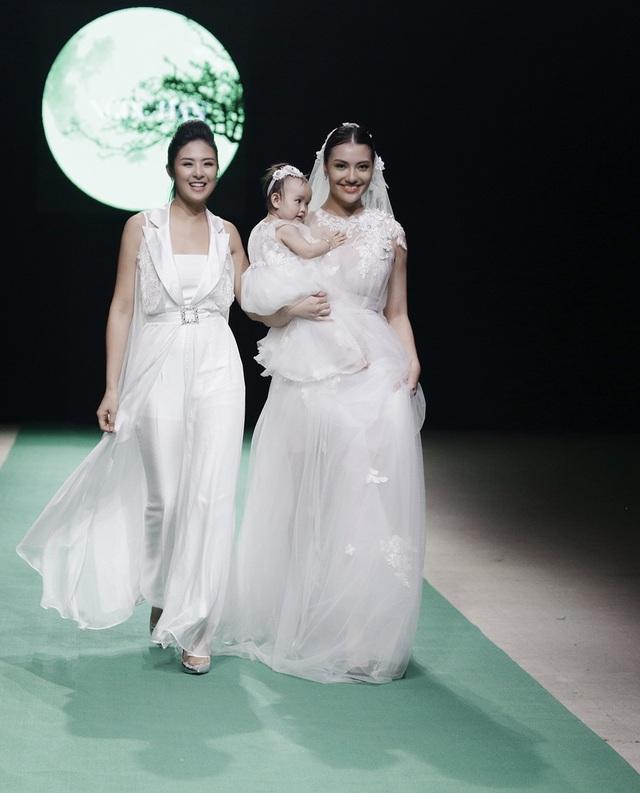 Ngọc Hân khắc họa một mùa xuân hè toàn trắng và những bé gái hồn nhiên. Dường như có một sự chuyển hướng rõ nét khi NTK Ngọc Hân từ bỏ phong cách Tomboy để tìm đến vẻ nữ tính tuyệt đối trong thiết kế của mình.