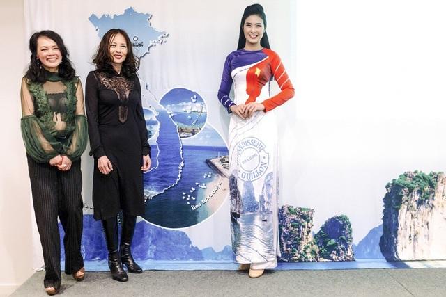 Để nhận được sự đồng ý của ban tổ chức, cô đã phải gửi thông tin cá nhân, các mẫu phác thảo về bộ sưu tập áo dài có chủ đề biển đảo để ban tổ chức duyệt.