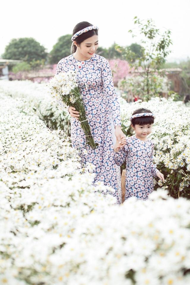 Hoa hậu Ngọc Hân, Á hậu Thanh Tú khoe sắc với cúc họa mi - 9