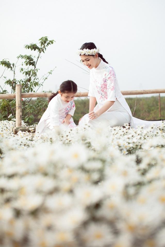 Hoa hậu Ngọc Hân, Á hậu Thanh Tú khoe sắc với cúc họa mi - 12