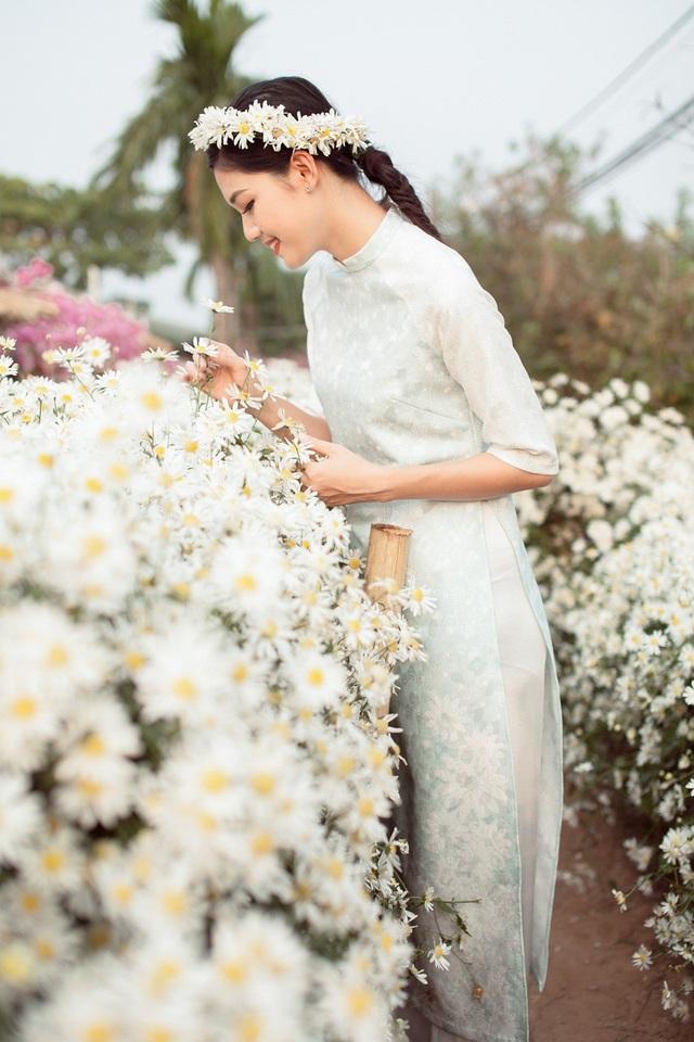 Hoa hậu Ngọc Hân, Á hậu Thanh Tú khoe sắc với cúc họa mi - 15