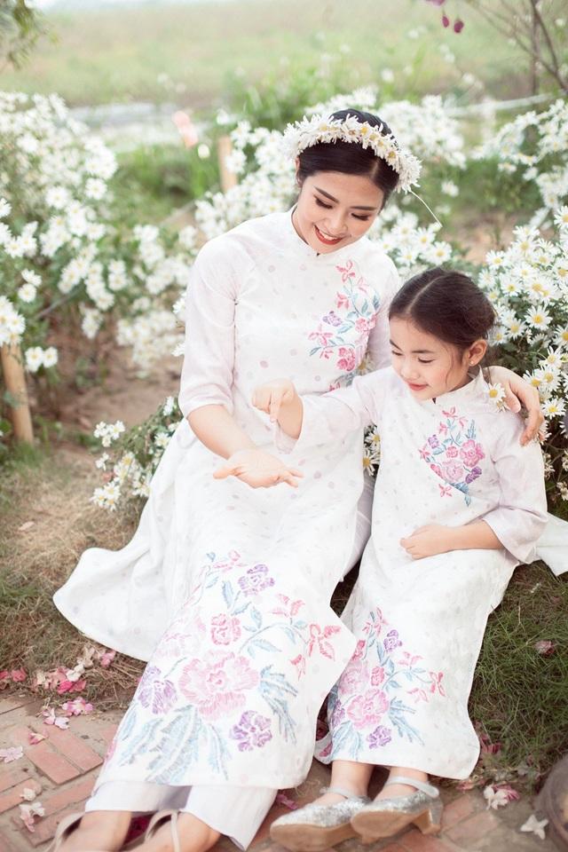 Hoa hậu Ngọc Hân, Á hậu Thanh Tú khoe sắc với cúc họa mi - 16