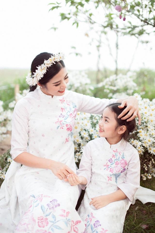 Hoa hậu Ngọc Hân, Á hậu Thanh Tú khoe sắc với cúc họa mi - 17