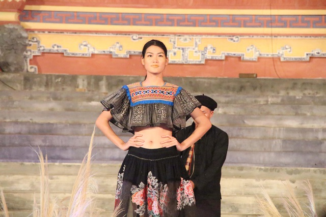 Các nhà thiết kế Việt Nam sử dụng chất liệu Zèng của dân tộc Tà Ôi, Thổ cẩm của dân tộc H'Rê, dân tộc H'Mông...