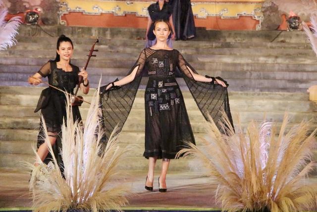Trang phục thổ cẩm với ren lưới trong của nhà thiết kế Vũ Việt Hà