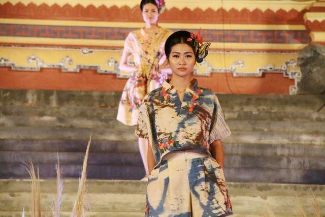Nhà thiết kế Minh Hạnh mang đến Festival lần này trang phục trên chất liệu vải thổ cẩm dệt cườm của các dân tộc H'Re (Ba Tơ, Quảng Ngãi) và Lụa Đũi Nam Cao (Thái Bình)