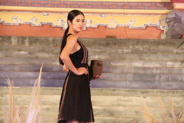 Ngọc Hân cầm đồ gốm trong bộ sưu tập của nhà thiết kế Duy Nguyễn