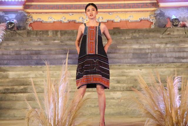 Á hậu khoác trên mình trang phục của người phụ nữ H'Mông