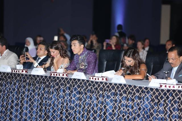 Ngọc Tình diện áo dài Việt Nam khi xuất hiện ở bàn Ban giám khảo.