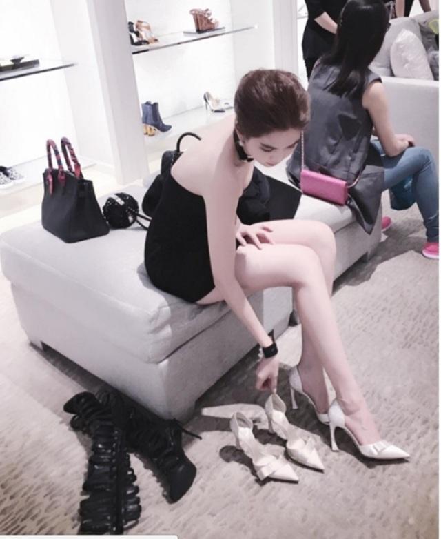 Không khó để thấy những kiểu dáng giầy, dép thời thượng đang hot được cô làm đầy thường xuyên trong tủ đồ của mình.