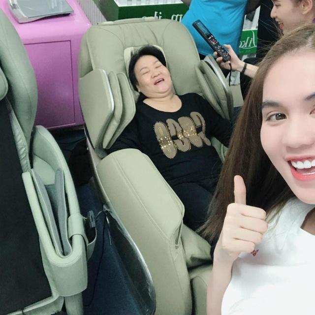 Ngọc Trinh có mối quan hệ rất tình cảm với mẹ kế, cô hạnh phúc khi đưa mẹ đi massage thư giãn. Mẹ của người đẹp hạnh phúc nói: Quá đã con ơi.
