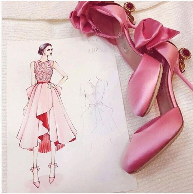 Để phù hợp với đôi giày mới mua, Ngọc Trinh không ngại đầu tư một bộ đầm thiết kế riêng như công chúa.