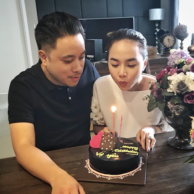 Đinh Ngọc Diệp hạnh phúc khi đón sinh nhật bên chồng Victor Vũ, anh viết trên bánh Chúc mừng sinh nhật vợ yêu.