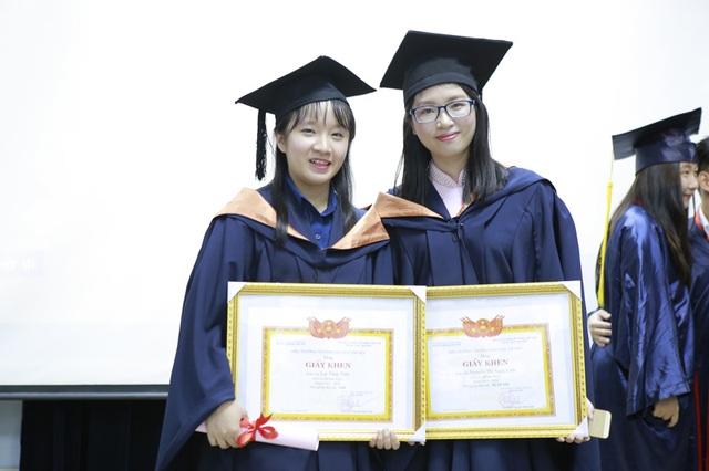 Ngọc Linh (phải) và bạn trong ngày tốt nghiệp Đại học.