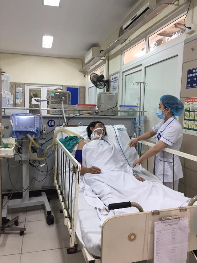 Ca bệnh mới nhất được đưa đến Trung tâm chống độc (BV Bạch Mai) hôm 6/4 trong tình trạng nguy kịch vì uống phải rượu có methanol. Ảnh: M.T