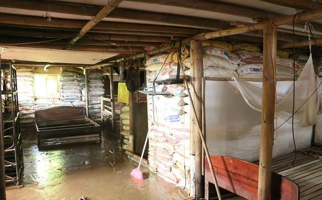 Ngôi nhà được đào sâu xuống lòng đất khoảng 1m, những ngày qua nước Sông Hồng lên cao nên nền nhà luôn có nước. Người sống trong ngôi nhà này liên tục phải dùng máy bơm bơm nước ra ngoài và đợi nước rút. Ngôi nhà có diện tích khoảng 100 m2 được ngăn thành từng phòng khác nhau. Hệ thống cột đỡ được làm toàn bộ bằng tre, mái lợp nhựa.