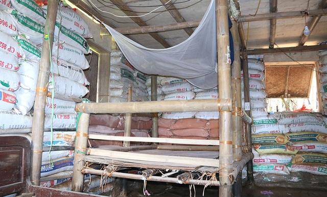 Chỗ ngủ được thiết kế đơn giản, tận dụng cột tre làm luôn chân giường.