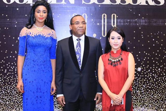 Diễm Hằng và vợ chồng phu nhân Ngài Đại sứ Haiti.