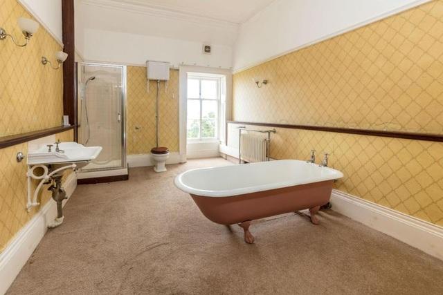 """Ngôi nhà đã phải cải tạo rất nhiều để đưa nó trở lại thời kì """"vinh quang"""" trước đây. Trong ảnh là phòng tắm bình dị của ngôi nhà"""