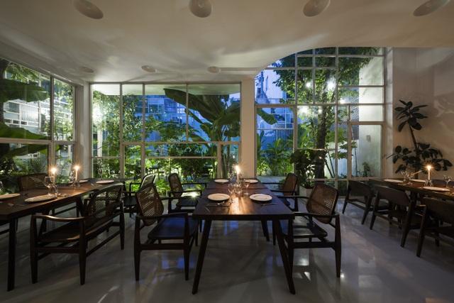Không gian sống trong nhà và khu vườn được cách nhau bởi tấm tường kính trong suốt. Điều này tạo nên sự kết nối thiên nhiên, cởi mở và khoáng đạt.