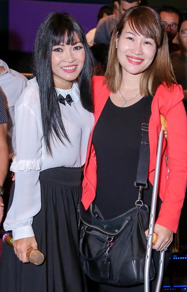 Ngọc Phạm – vợ nam danh ca Jimmy Nguyễn dù bị thương vẫn chống nạng đến ủng hộ bạn thân của mình.