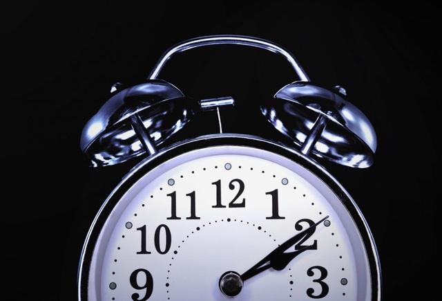 Nghiên cứu mới gợi ý rằng đi ngủ và thức dậy muộn hơn vào ngày nghỉ cuối tuần so với ngày thường có thể gây ra những hậu quả xấu đối với sức khoẻ.